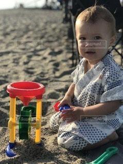小さな子どもの砂遊びの写真・画像素材[4643930]