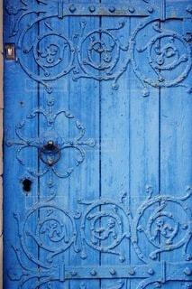 青いドアのクローズアップの写真・画像素材[4852297]
