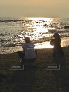 浜辺で戯れるカップルの写真・画像素材[3519382]