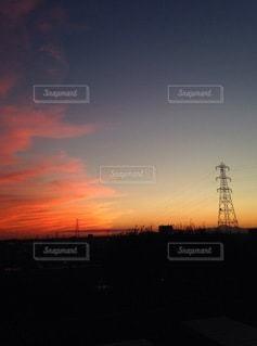 夕焼けと送電線ラインの写真・画像素材[3521862]