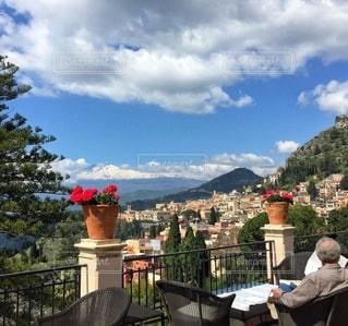 エトナ山を望むBelmond Grand Hotel Timeoのカフェテラスの写真・画像素材[3524944]