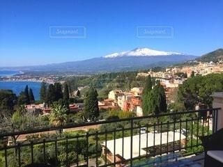 背景にエトナ山のあるシチリア島タオルミナの眺めの写真・画像素材[3526506]