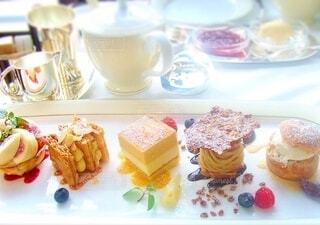 夢の中で優雅なアフタヌーンティーのケーキを選ぶの写真・画像素材[3853509]