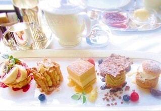 夢の中で優雅なアフタヌーンティーのケーキを選ぶの写真・画像素材[3853745]