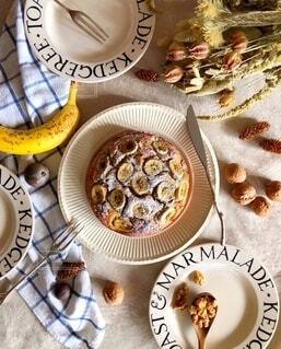 バナナクルミケーキで友人をもてなしたときのテーブルフォトの写真・画像素材[4027740]