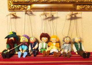 ピアノの上に並んだチェコ製の操り人形たちの写真・画像素材[4056353]