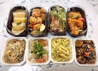 家族,食べ物,風景,おうちごはん,食事,ファミリー,ディナー,白い,テーブル,野菜,パスタ,レース,いっぱい,洋食,食品,おかず,たくさん,テーブルクロス,料理,和食,おいしい,ごちそうさま,ご馳走,美味しい,出前,ライフスタイル,和洋折衷,宅配,テイクアウト,から揚げ,ローストポーク,並べる,デリバリー,がんも,お持ち帰り,栄養バランス,トレイ,プラスチック,お惣菜,ひじき煮物,体に優しい,分ける,ふろふき大根,品数豊富,鶏唐揚げ,バラエティー,8種類,焼きビーフン,ステイホーム,鶏肉の煮込