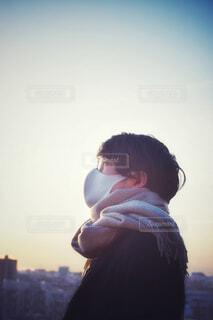 夕陽を眺めるメガネをかけたマスク姿の男性③の写真・画像素材[4305007]