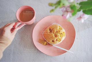 ピンク色のお皿にのせた鳴門金時蒸しパンとミルクコーヒー②の写真・画像素材[4320217]