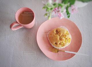食べ物,カフェ,花,コーヒー,朝食,白,フラワー,家,パン,フォーク,テーブル,スプーン,おやつ,皿,リラックス,マグカップ,食器,チーズ,おいしい,テーブルフォト,モーニング,おうちカフェ,ドリンク,ほっこり,ピンク色,芋,おうち,さつまいも,菓子,ライフスタイル,軽食,左手,おひとりさま,レシピ,蒸しパン,スナック,マット,サツマイモ,小腹,食物繊維,ミルクコーヒー,春色,コーヒー カップ,おうち時間,鳴門金時,人の手,スナックタイム,オキシペタルム,歪な