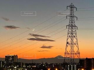 自然,風景,空,富士山,ビル,雲,夕焼け,散歩,都市,夕方,景色,シルエット,電線,月,灯り,三日月,山並み,サンセット,オレンジ色,グラデーション,ムーン,あかり,高圧鉄塔,三ケ月
