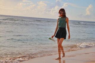 ビーチを歩く女性の写真・画像素材[4456431]
