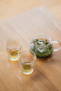 飲み物,インテリア,夏,水,氷,ガラス,テーブル,コップ,食器,日本,お茶,ドリンク,木目,贅沢,茶,ライフスタイル,緑茶,日本茶,水出し,水出し茶,氷出し