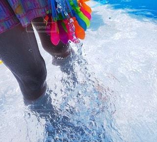 水風船に水を入れるも苦戦中の写真・画像素材[3518777]