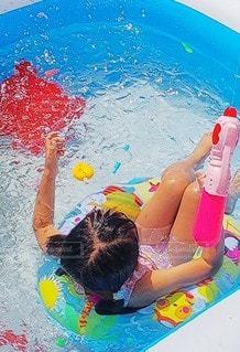 プールで泳ぐ子供の写真・画像素材[3552492]