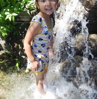 じゃぶじゃぶ池で水遊びの写真・画像素材[3617321]