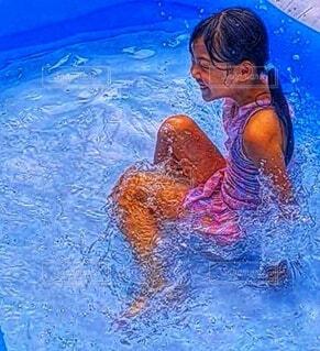 水のプールで泳いでいる人の写真・画像素材[3617362]