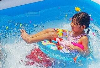 水のプールで泳ぐ子供の写真・画像素材[3617456]