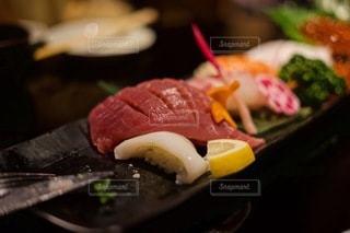 ナイフとフォークで食べる寿司の写真・画像素材[3515209]