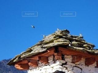 山を背景にした石造りの建物の写真・画像素材[3506805]