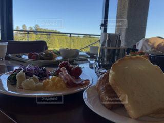 食べ物の皿をテーブルの上に置くの写真・画像素材[3496872]