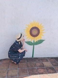 向日葵で日陰ぼっこの写真・画像素材[3500745]