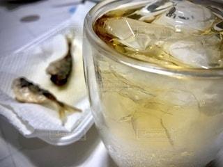 飲み物,インテリア,お酒,魚,水,氷,ガラス,コップ,食器,焼き魚,晩御飯,ウイスキー,ドリンク,酒,アルコール,ライフスタイル,晩酌