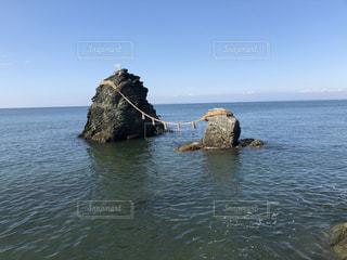 海の上の夫婦岩の写真・画像素材[3513307]