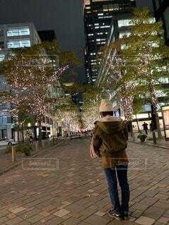 歩道に立つイルミと私の写真・画像素材[3969109]