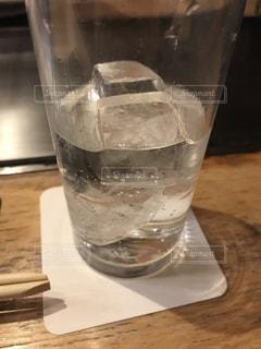 テーブルの上に水を1杯入れの写真・画像素材[3505753]