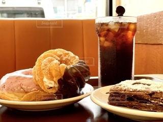 食べ物,飲み物,スイーツ,インテリア,コーヒー,アイスコーヒー,水,氷,ガラス,テーブル,皿,コップ,食器,グラス,チョコレート,甘い,パイ,おいしい,ドーナツ,ドリンク,冷たい,ライフスタイル,飲料,ソフトド リンク