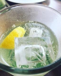 飲み物,インテリア,水,透明,氷,ガラス,コップ,食器,レモン,グラス,ライム,イエロー,グリーン,ドリンク,ライフスタイル,ソフトド リンク