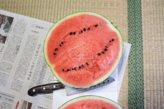 食べ物の皿をテーブルの上に置くの写真・画像素材[3557337]