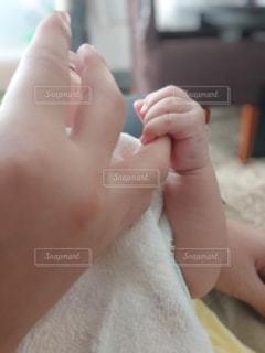赤ん坊を抱く手の写真・画像素材[3527852]
