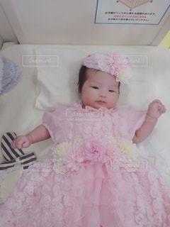 ピンクのドレスを着た小さな女の子の写真・画像素材[3527854]