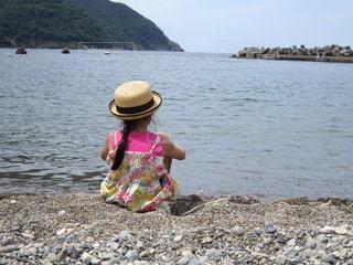 海を眺める少女の写真・画像素材[3544192]