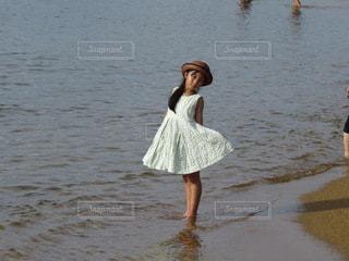 波打ち際の少女の写真・画像素材[3544274]