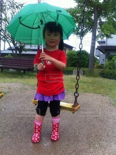 傘を持っている少女の写真・画像素材[3670217]