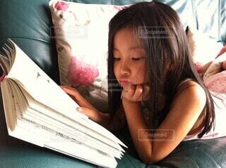 読書中の写真・画像素材[3692322]