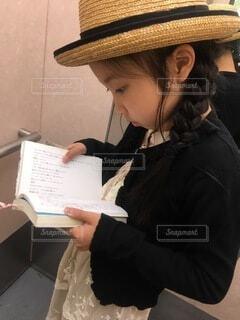 帽子をかぶり、本を読む女性の写真・画像素材[3693526]