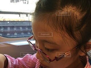 眼鏡をかけた少女の写真・画像素材[3773453]