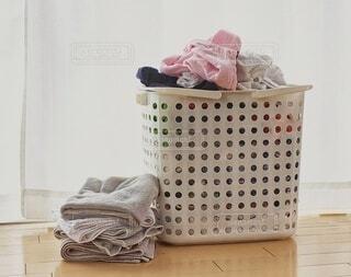 山盛りの洗濯物の写真・画像素材[3779634]