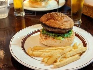 ハンバーガーとポテトの写真・画像素材[3940082]