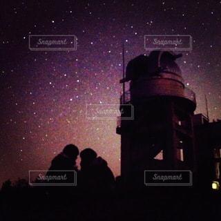 星のもとで寄り添う2人の写真・画像素材[3589124]