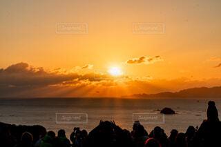 自然,風景,海,空,太陽,朝日,綺麗,水面,海岸,人物,正月,お正月,日の出,朝陽,新年,初日の出