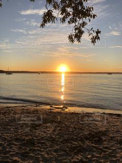 ビーチに沈む夕日の写真・画像素材[3521005]