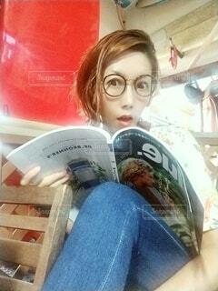 雑誌とメガネでカフェです。の写真・画像素材[3693335]