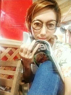 雑誌とメガネでカフェです。の写真・画像素材[3693497]