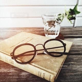 本とメガネです。の写真・画像素材[3695815]