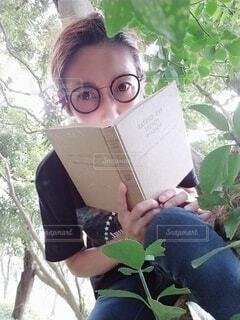 木登りと本とメガネです。の写真・画像素材[3698279]